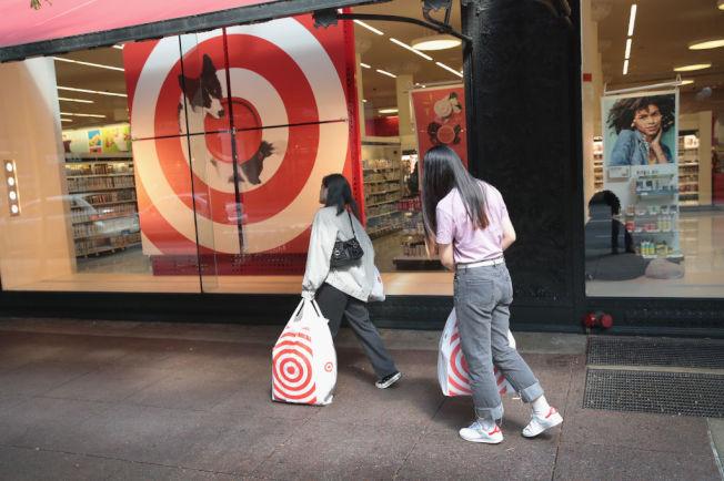 消費者提著購物袋經過目標百貨店門口。(Getty Images)