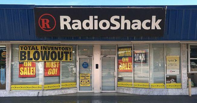 2015年宣布破產的Radio Shack,曾是街邊常見招牌。(維基百科)