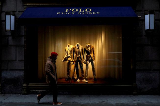 服裝不再是消費重點,服飾業經營艱苦。(路透)