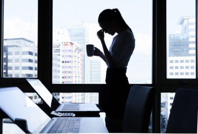 職場上如遇到「媽寶型」員工,讓不少上班族抓狂。(shutterstock)