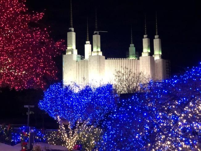 馬州肯辛頓鎮摩門聖殿第41屆燈展,11月30日舉行點燈儀式。(讀者提供)