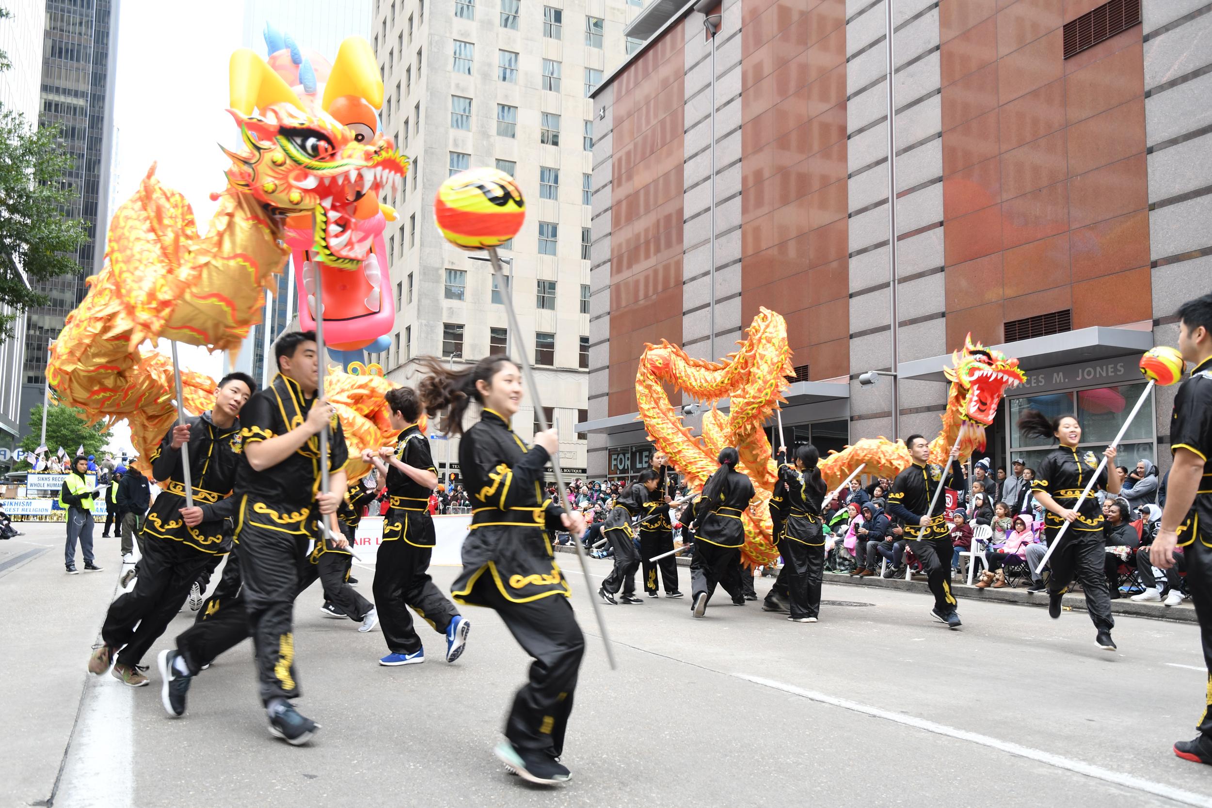 舞龍隊在行進中展現盤旋翻騰,龍搶寶珠的技巧表演。