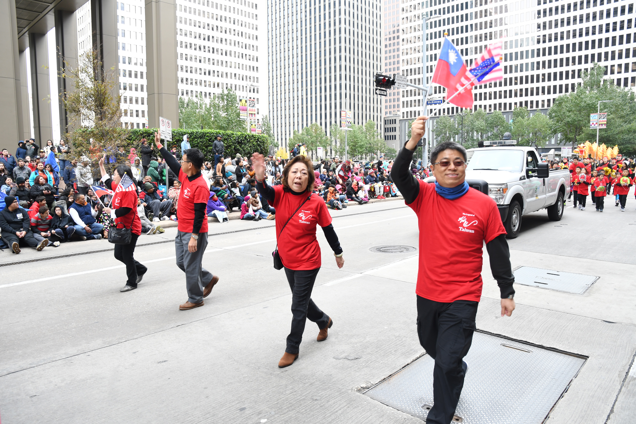 台灣傳奇總領隊許健彬(右一)、金俊家(右二)在遊行中向民眾揮手。