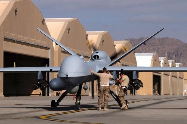 美軍駐阿富汗的飛行員2016年準備駕駛MQ-9死神偵察機執行任務。(路透)