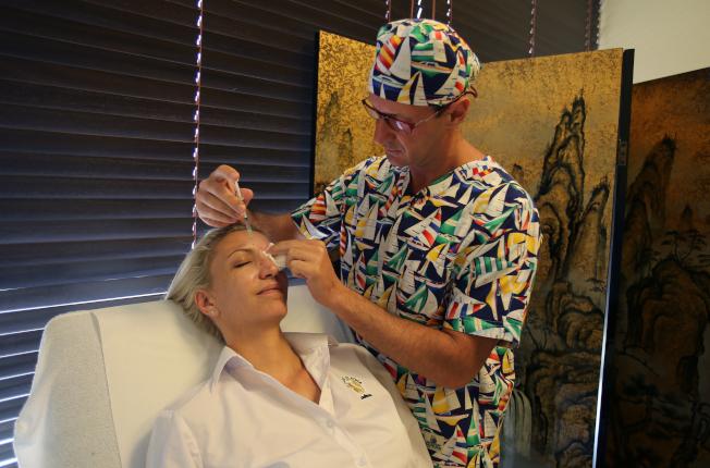 整形醫師為病人注射填充物。(美聯社)