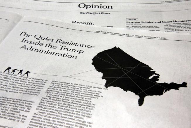 約200萬美國聯邦公務員28日收到通知,不得在上班時間與地點討論「抵抗」、「彈劾」等政治意味濃厚的話題。圖為今年9月在紐約時報發表的官員匿名投書,題為「川普政府內靜悄悄的抵抗」,引起軒然大波。(美聯社)