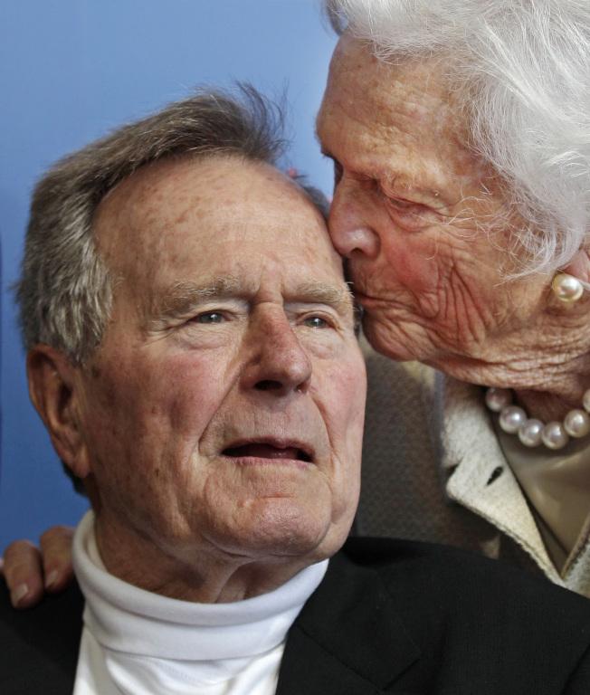 2012,老布什和妻子芭芭拉合影。(美联社)