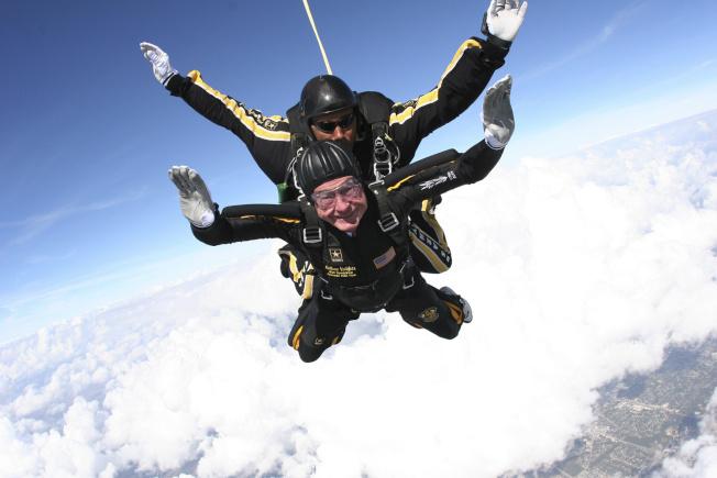 2007年,老布什跳伞庆生。(美联社)