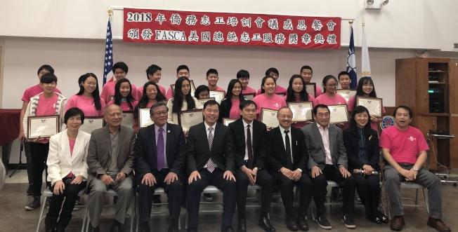 文教中心主任黃正杰(前排)、副主任王盈蓉(前排右二)以及多位僑務委員為青年文化大使頒發獎章。(記者朱蕾/攝影)