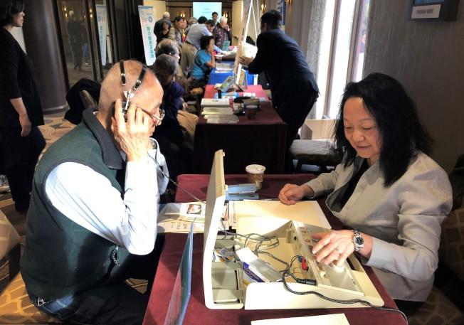 民眾獲得免費的聽力篩檢。(記者朱蕾/攝影)