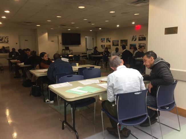 50名義工幫助有意申請入籍的綠卡持有者填寫表格。(記者顏潔恩╱攝影)