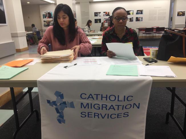 多個移民權益團體在布碌崙提供公民入籍的法律諮詢。(記者顏潔恩/攝影)