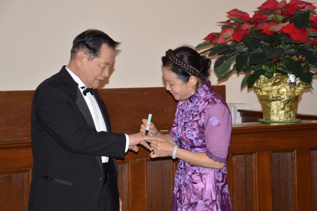 李昌鈺和蔣霞萍互相在對方的手指畫上結婚戒指。(記者牟蘭/攝影)