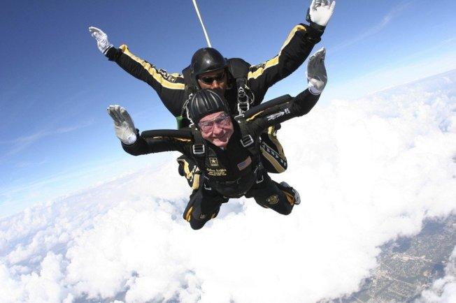 原本在95歲生日時,老布希還打算再安排一次慶生跳傘。圖為2009年,老布希85歲生日時,與美國陸軍「金色騎士」傘兵部隊的共同跳傘。 美聯社
