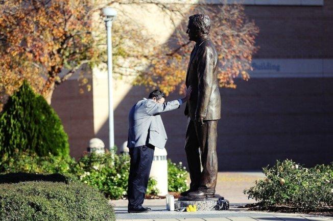 「我必須來這裡,我必須來這裡送喬治最後一程。」在老布希逝世的新聞傳出後,老布希博物館圖書館的前主任布萊恩.也特別趕到了博物館,撫著老布希銅像的手為老友禱告,「他和芭芭拉是我一生所見過最高雅、親和的人...我從沒感覺我是在『替他們工作』,就算是前總統、我們的相處仍和同事一般,我是『和他們一同工作』。」 圖/美聯社