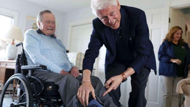 「在經歷一場痛苦的選戰之後,我對他充滿敬愛,並且領悟到,過去我們對彼此耗費了多少精力在不必要的事情上...」圖為雙雙退休的兩位前總統,老布希與柯林頓。 圖/美聯社