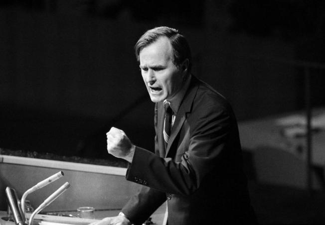 「雙重代表權」,是老布希作為美國駐聯合國大使,為「中華民國續留聯合國」所做的最後努力。運作過程中,老布希受盡訕笑與白眼,每天的工作結果都讓他瀕臨崩潰,他仍展現對於這項任務的堅持及熱忱。圖為1971年10月18日,老布希在聯合國大會上,針對中華民國留聯的支持發言;7天後,中華民國退出聯合國。 圖/美聯社