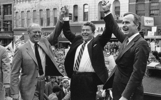 對照近代多數總統,登上大位前僅擔任過州長或國會議員,甚至毫無從政經歷,老布希被譽為有一張「做足準備要當總統」的履歷表。圖為1980年總統大選,時任總統福特(左)與初選失利、但同意出任副手搭擋的老布希(右),眾星拱月地替總統候選人雷根(中)站台。美聯社