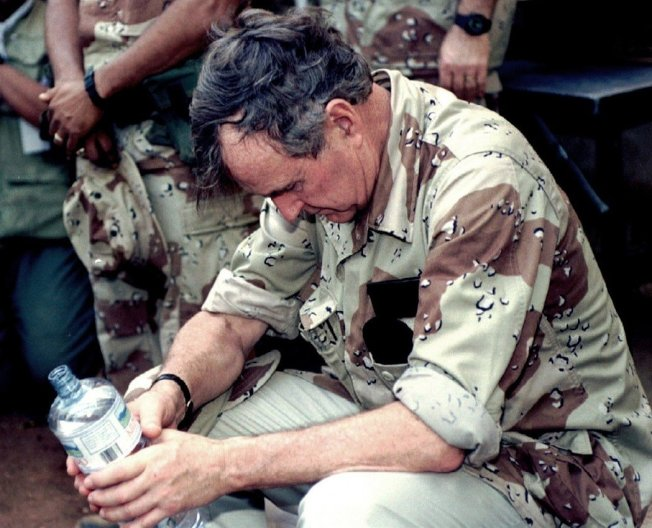 對於經濟前景的疑慮,促使美國選民在1992年大選中,背棄這位功勳彪炳的老政治家。圖為1993年1月2日,敗選後的老布希趕在卸任之前,飛赴東非索馬利亞,慰勞美軍的維和部隊——兩星期後,老布希卸任;10個月後,電影《黑鷹計劃》的故事、摩加迪休之戰爆發。1993 1 2 索馬利亞。路透