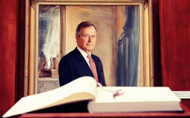 老布希走了。在他總統任內,他見證了鐵幕的瓦解、自由世界的成功;但同時卻從個人政治生涯的頂峰跌落,晚年更得目送自己畢生奉獻的美國政治,走上難以理解的道路。 圖/歐新社