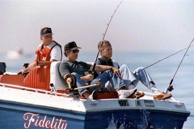 老布希(右)和小布希(左)的釣魚。小布希在治喪新聞稿中,對外表示:老布希臨終前的最後一句話,是對他說「兒子,我也愛你」。 圖/白宮
