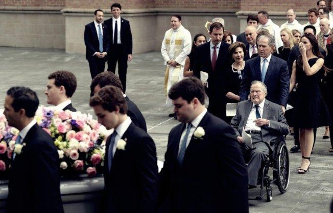 「我們相信她已在天堂,而生活仍要持續下去,如同她一樣。所以,請將布希家從你們的擔心清單上刪去。」圖為芭芭拉的喪禮中,一路守候在愛妻身旁的老布希與家人。 圖/美聯社