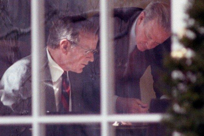 沙漠風暴行動,是老布希政治生涯的巔峰。圖為1991年2月22日,老布希(左)與時任國務卿貝克(右),正在白宮研擬對伊拉克的「最後通牒」——幾十分鐘後,老布希親自發表聲明,要求海珊「必須在24小時內全面退兵」。再兩天後,聯軍展開地面作戰,100小時內即光復科威特。路透