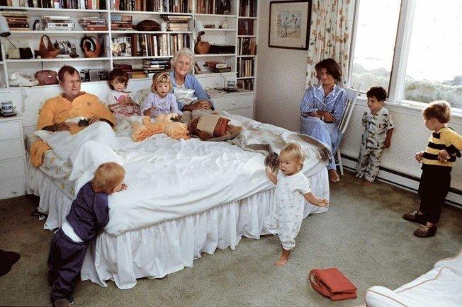 老布希「化敵為親」的本事,孕育自家庭中所培養出的深厚親情。圖為子孫滿堂的老布希一族。 圖/白宮