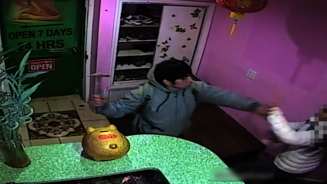 「道全身推拿」按摩店女員工日前因拒絕提供性服務,遭西語裔男子持錘頭攻擊。(警方提供視頻截圖)