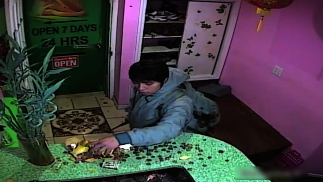 嫌犯用錘頭打碎存錢筒後,搶走鈔票及零錢逃逸。(警方提供視頻截圖)