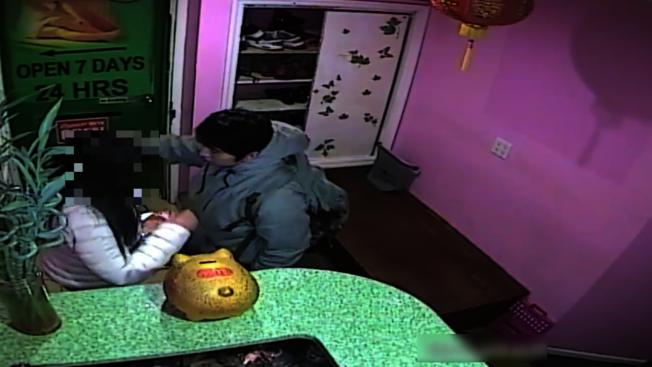 嫌犯因要求退費被拒,出手打傷女員工。(警方提供視頻截圖)