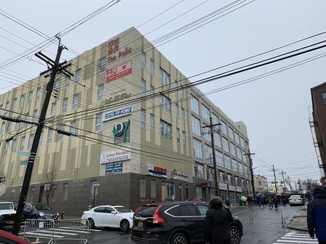 大學點20大道127-03號若改建成遊民收容所,將嚴重影響對面尚點廣場內店家的客流量。(記者賴蕙榆/攝影)