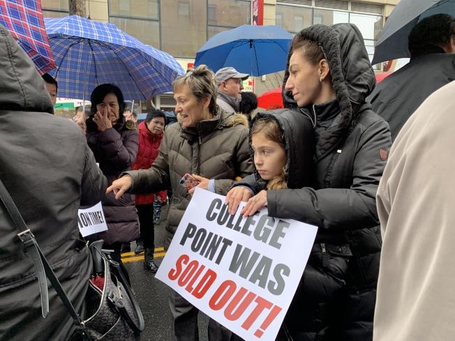 民眾舉牌抗議政府未經社區同意,決議將該棟廢棄多年的廠房改建成男性遊民收容所。(記者賴蕙榆/攝影)