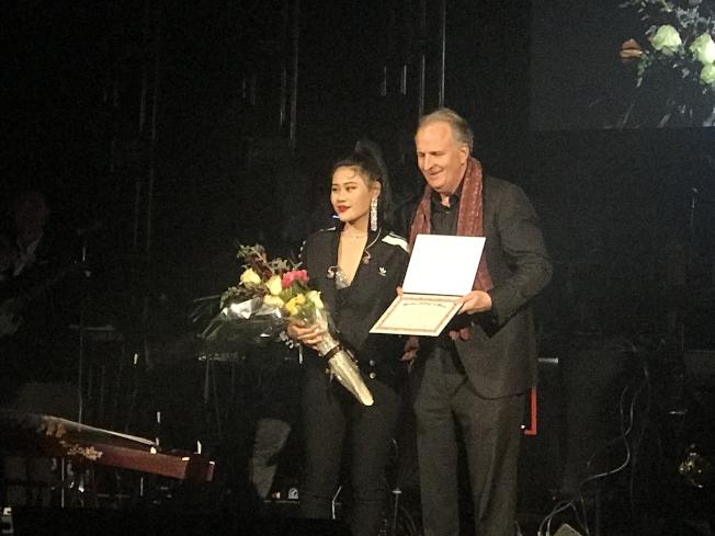 伯克利音樂學院校長布朗(右)授予唱作女歌手袁婭維(左)中國區榮譽大使。(記者俞國梁/攝影)