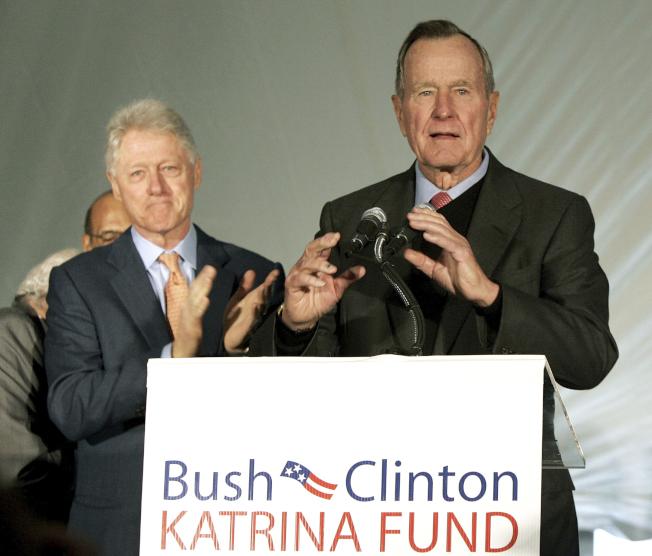 即使選戰時互為對立政黨,在卸任後也能化敵為友,老布希與柯林頓兩位前總統為美國現代政壇樹立了典範,在當今川普主政非友即敵的政治氛圍下更顯得難能可貴。圖為2005年12月,兩人在紐奧良市記者會宣布,他們共同為卡崔納風災所募得的賑災款項。美聯社