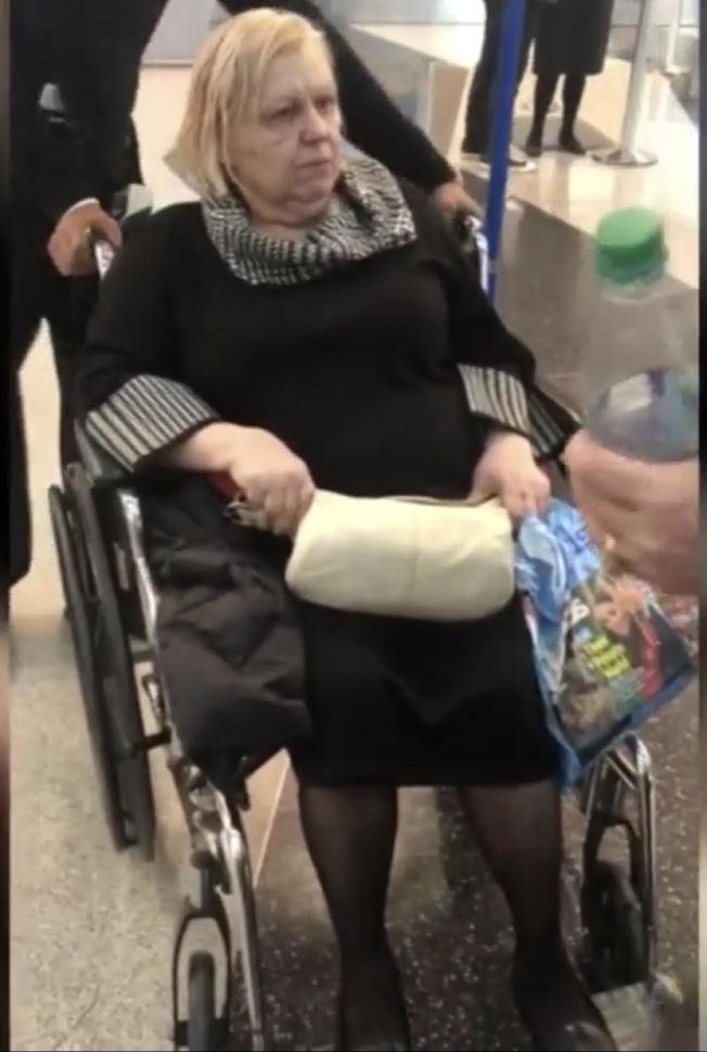 67歲的華沙被丟包在機場一整夜。(CBS2視頻截圖)