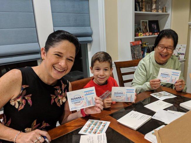 曼多扎(左一)為支持者發送競選市長貼紙。(取自曼多扎推特)