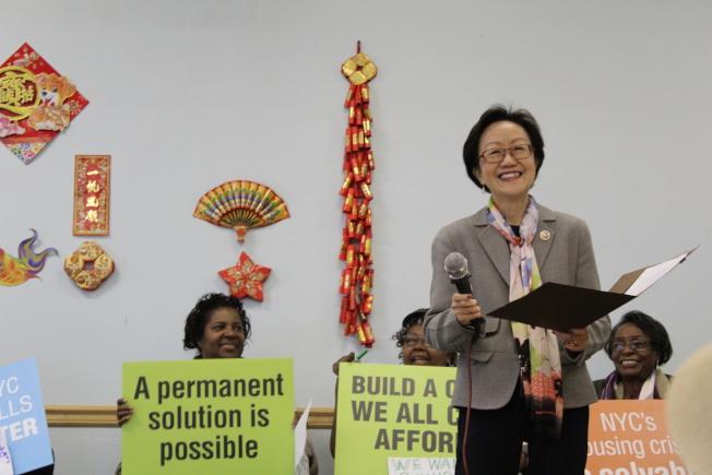 陳倩雯(發言者)與社區民眾在長青活動中心集會,支持「綠色避風港」平價屋項目。(記者張筠/攝影)