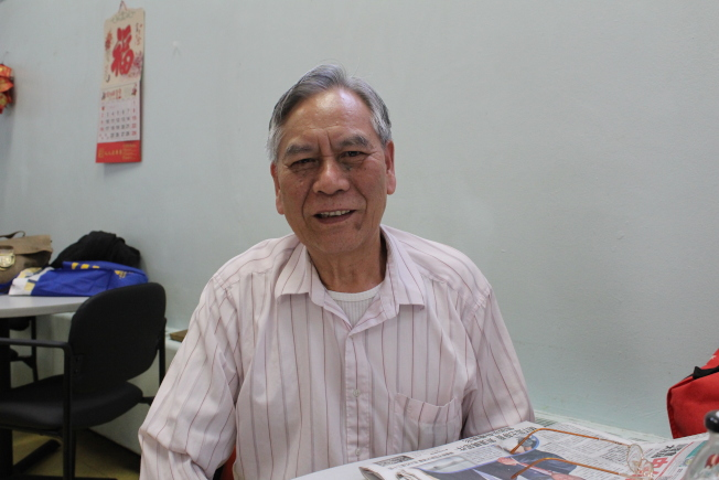 73歲的吳良麟與妻子申請平價屋已有多年,他們希望可以住在有電梯的公寓裡。(記者張筠/攝影)