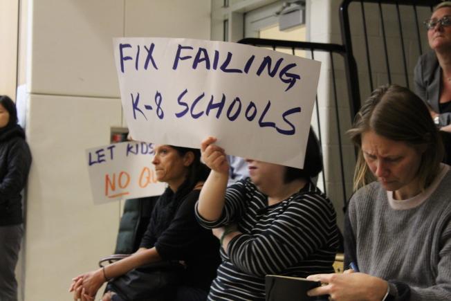 反對者舉起標語,表達對市教育局支持特殊高中錄取標準改革的不滿。(記者張筠/攝影)