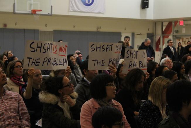 反對者舉起標語,抗議市教育局改革特殊高中錄取標準。(記者張筠/攝影)