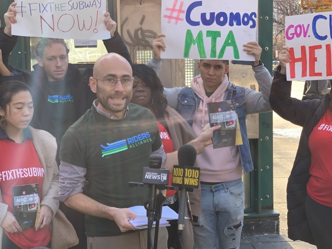 乘客聯盟3日發布「2018最慘通勤」一書,呼籲州長和州議會通過徵收堵車費法案,資助紐約市地鐵修繕。(記者和釗宇/攝影)