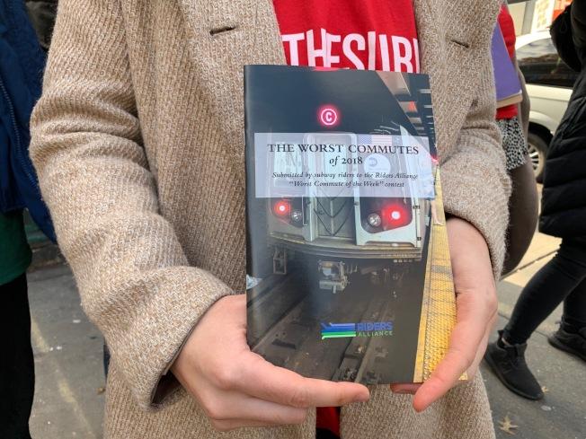 「2018最慘通勤」彙整許多乘客因信號故障或車廂故障,造成地鐵延誤而引起的噩夢經歷。(記者和釗宇/攝影)