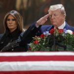 圖輯/老布希停靈國會大廳  川普總統親往致敬