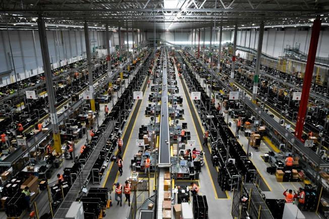 亞馬遜已經改變了人們的購物方式。圖為亞馬遜的一個轉運中心。(Getty Images)