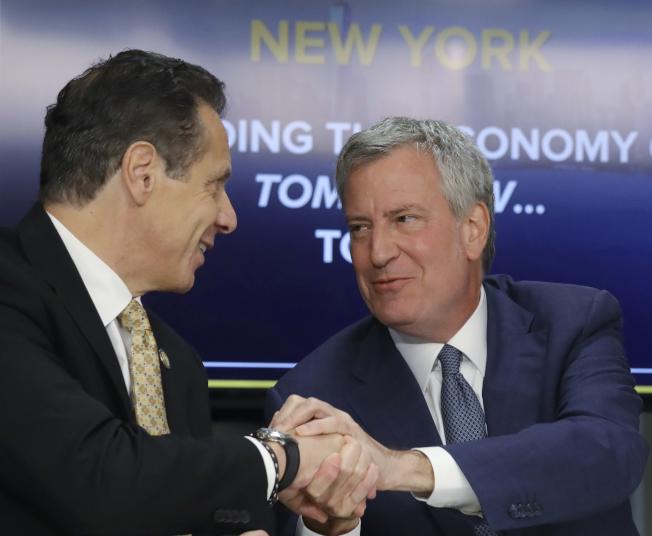 紐約州長葛謨(左)和紐約市長白思豪(右)邀請亞馬遜落戶紐約市。(美聯社)