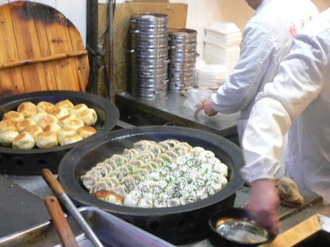 中餐可以吸引大量的華人和非華人食客。(本報檔案照)