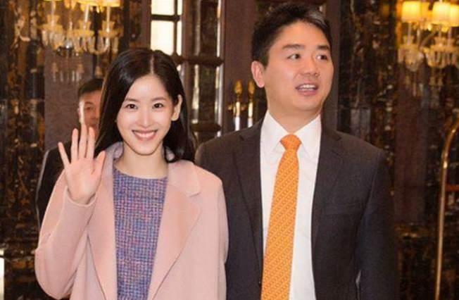 劉強東(右)與章澤天(左)的一舉一動受到關注。(取材自Instagram)