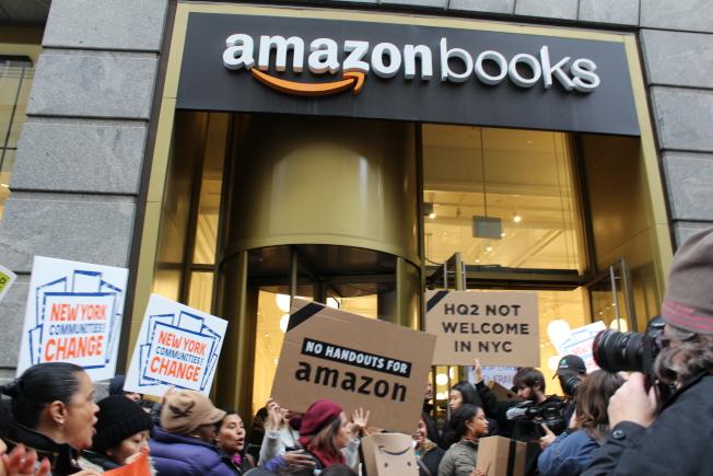 抗議團體日前聚集在亞馬遜書店前,拉橫幅喊口號,拒絕亞馬遜進駐紐約。(記者張筠/攝影)