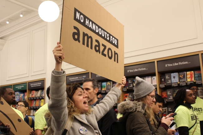 抗議團體日前聚集在亞馬遜書店前,拒絕亞馬遜在長島市設立第二總部。(記者張筠/攝影)